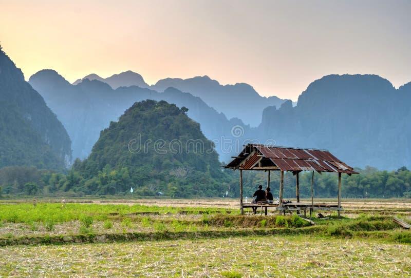 Het waarnemen van mooi landschap in zonsondergang, Vang Vieng royalty-vrije stock afbeelding
