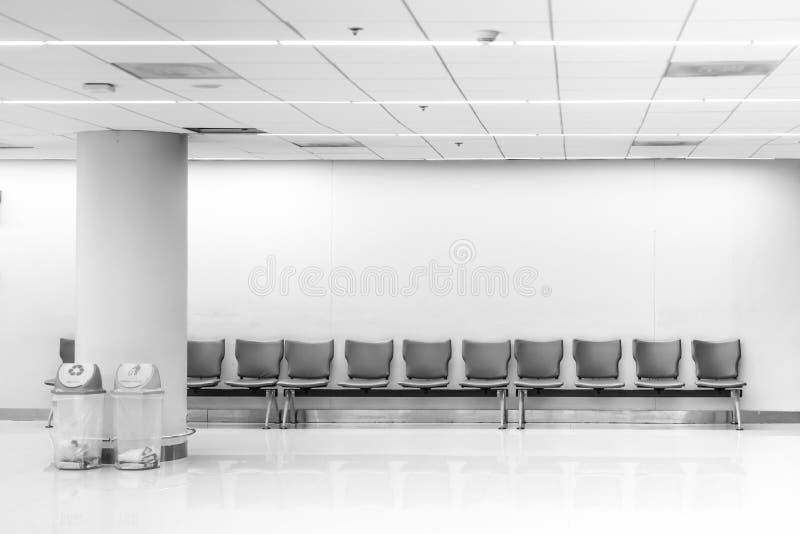 Het wachten bank, Rij van wachttijdstreek in luchthaventerminal stock foto's