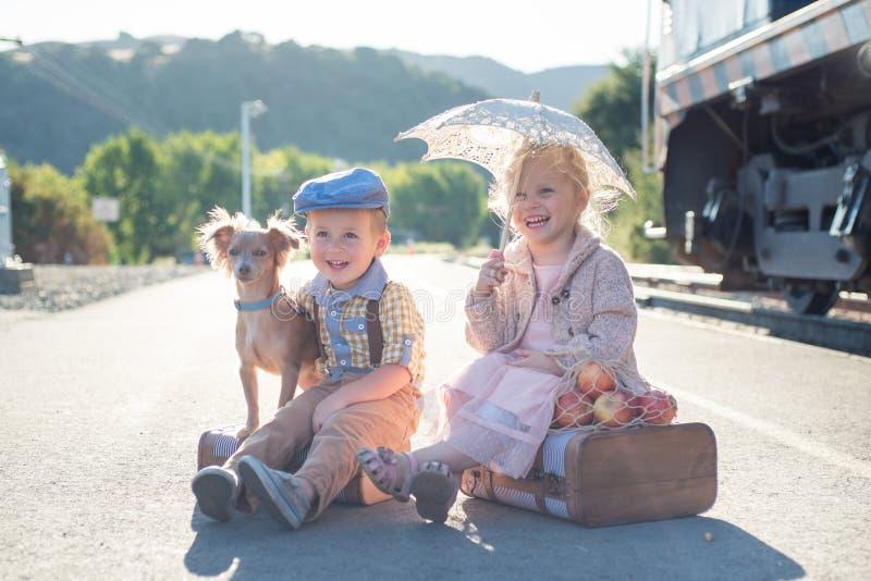 Het wachten bij uitstekende spoorwegpost stock foto's