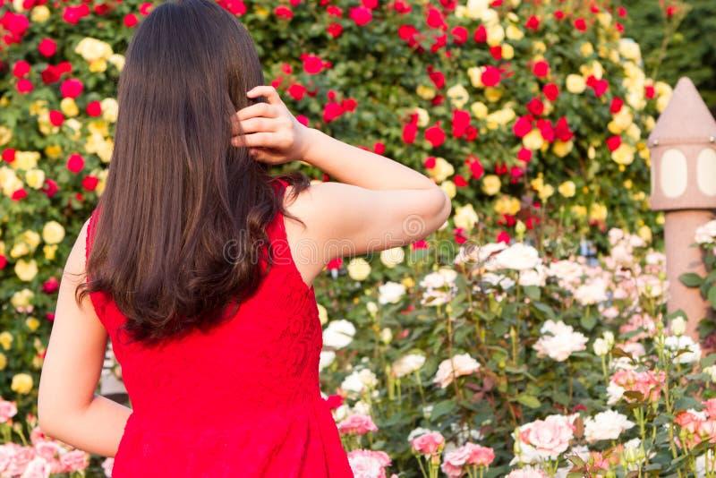 Het wachten in de roze tuin stock fotografie