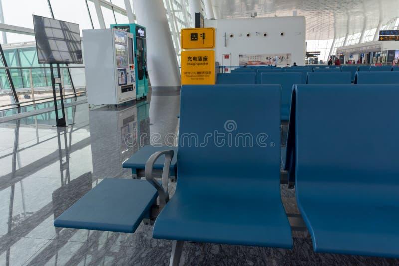 Het wachten in een luchthaventerminal stock fotografie