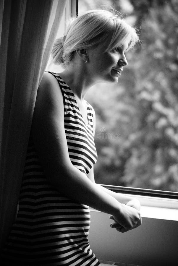 Het wachten en het letten op bij venster royalty-vrije stock fotografie