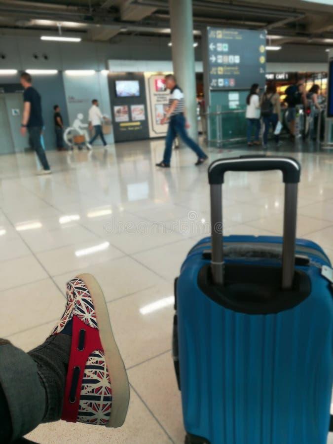 het wachten in luchthaven met het toevallige ogenblik van de reisbagage stock foto's