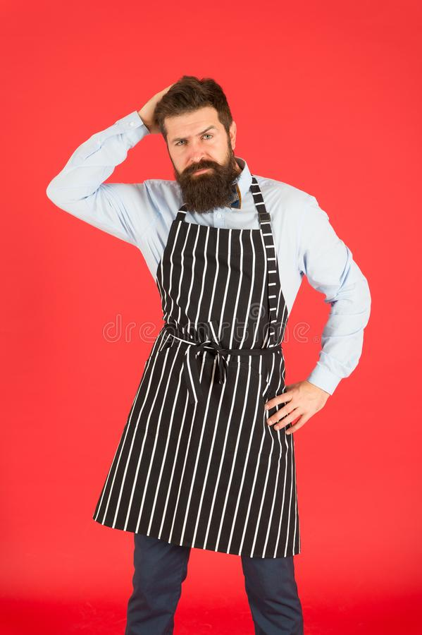 Het wachten op de eerste klant Mensen knappe kelner of barista op rode achtergrond Aanwinstenvaardigheden noodzakelijk kelner te  royalty-vrije stock foto's
