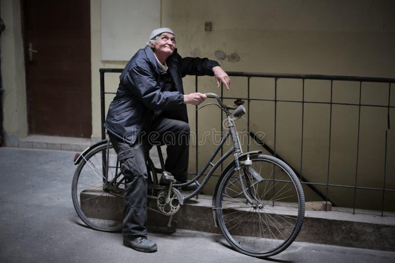 Het wachten op de fiets stock afbeeldingen