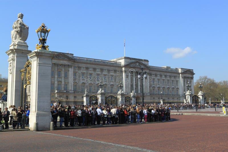 Het wachten op de Koninklijke Verandering van de Wacht stock foto's