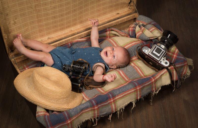 Het wachten op een baby Snoepje weinig baby Het nieuwe leven en geboorte Klein meisje in koffer Het reizen en avontuur Familie stock foto's