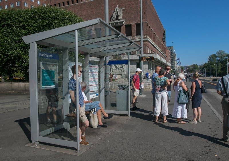 Het wachten op een bus in Oslo royalty-vrije stock foto's
