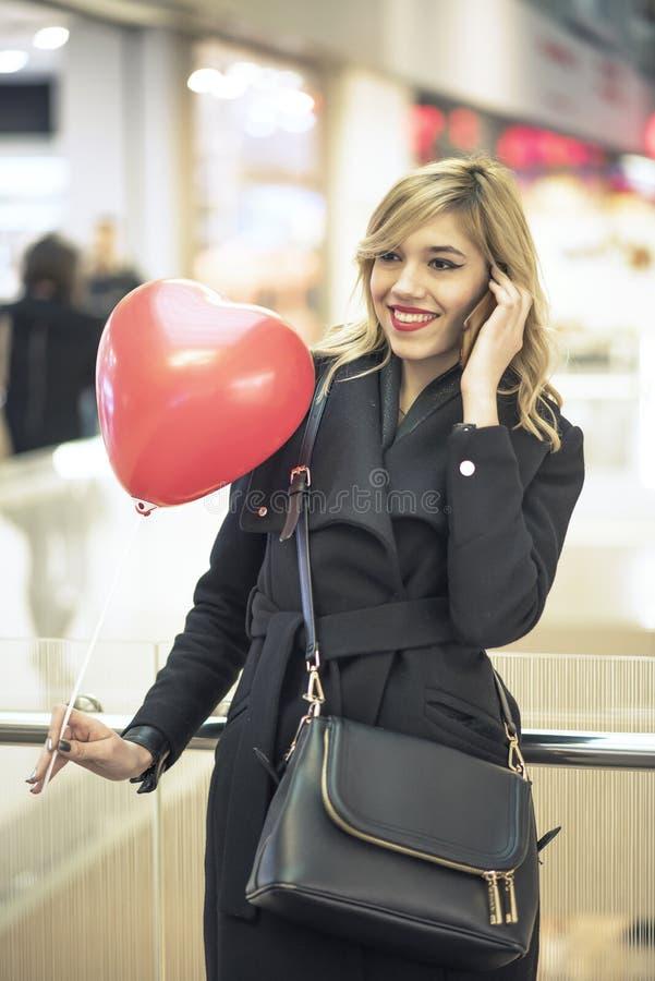Het wachten op haar valentijnskaart in het winkelcomplex royalty-vrije stock afbeeldingen