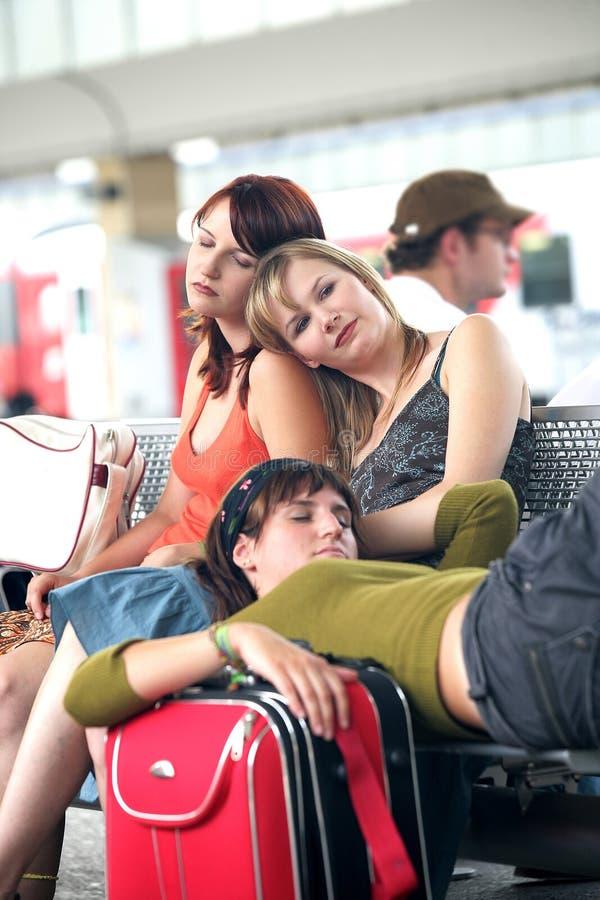 Het wachten op trein of vlucht royalty-vrije stock afbeeldingen