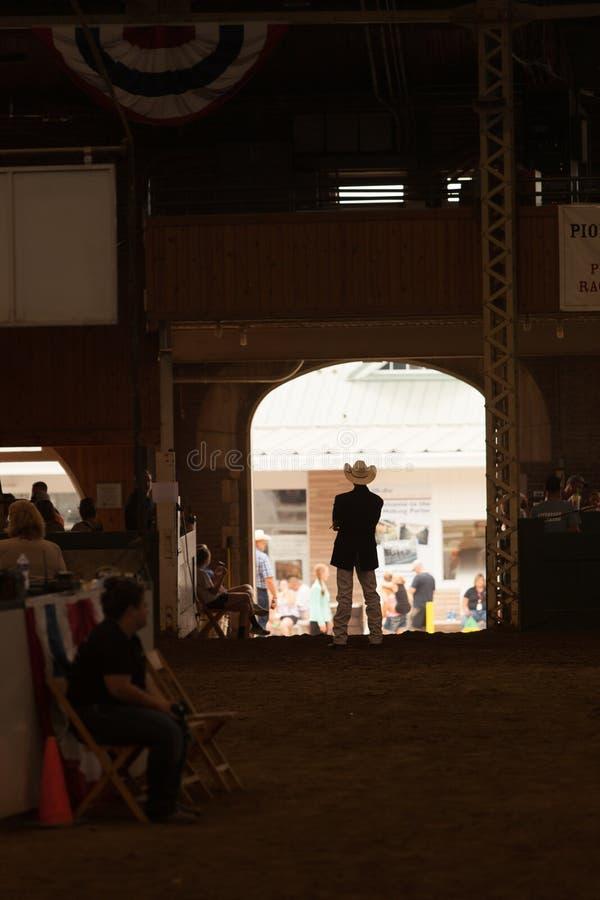 Het wachten op vee bij markt royalty-vrije stock afbeeldingen
