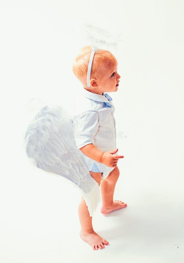 Het wachten op wonder Leuke valentijnskaartencupido of cherubijnbaby De Engel van de baby Aanbiddelijk weinig engelenjongen E royalty-vrije stock afbeelding