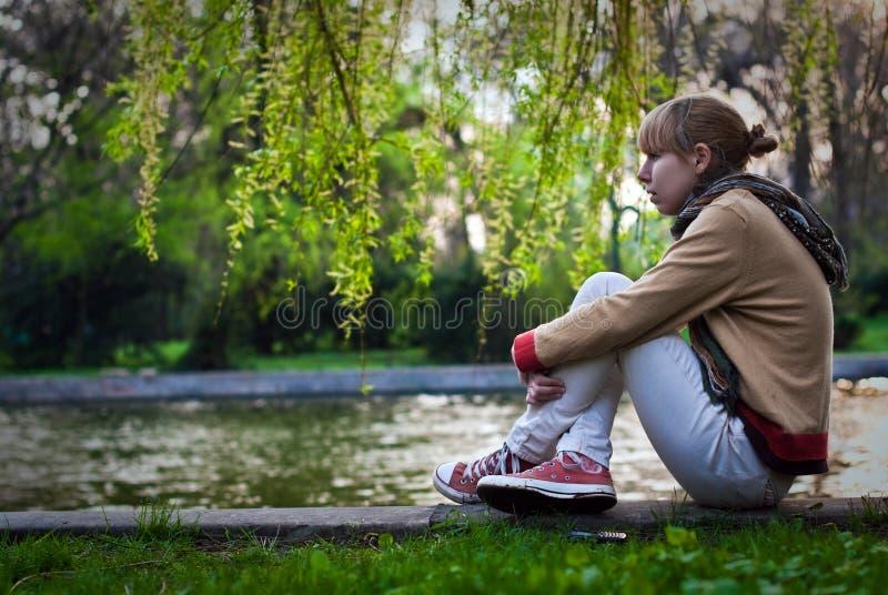 Het wachten van het meisje stock fotografie