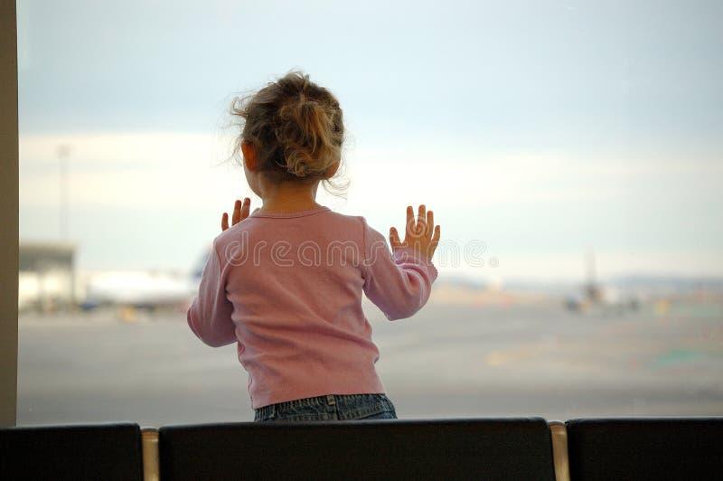 Het wachten van meisjes bij luchthaven stock foto's