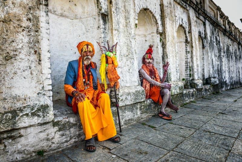 Het wandelen Shaiva sadhus (heilige mensen) in oude Pashupatinath-Tempel, Nepal stock afbeelding
