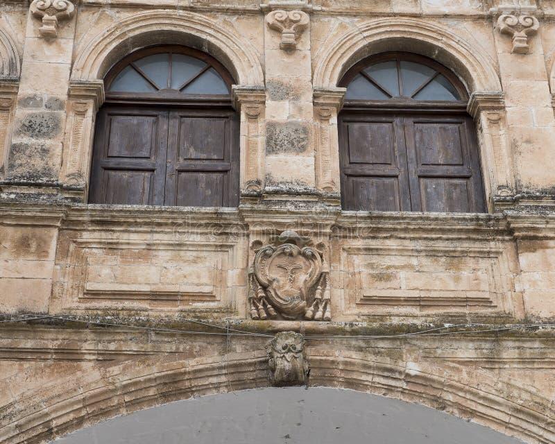 Het wapenschild van de close-upmening op de boog van Scoppa, Ostuni, Italië stock foto's