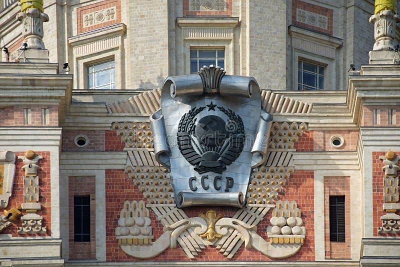 Het Wapenschild van de Sovjetunie op het hoofdgebouw van de Universiteit van de staat van Moskou Moskou, Rusland stock foto's