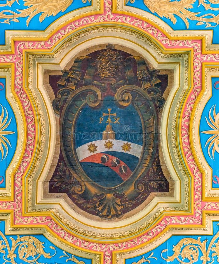 Het wapenschild van pauspius vii in het plafond van de Basiliek van Sant 'Anastasia dichtbij Palatine in Rome, Italië stock afbeeldingen