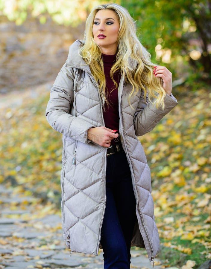 Het warme grijze jasje van de vrouwenslijtage Het jasje zou iedereen moeten hebben Overmaatse jasjetendens Hoe te om kogelvisjasj stock afbeeldingen