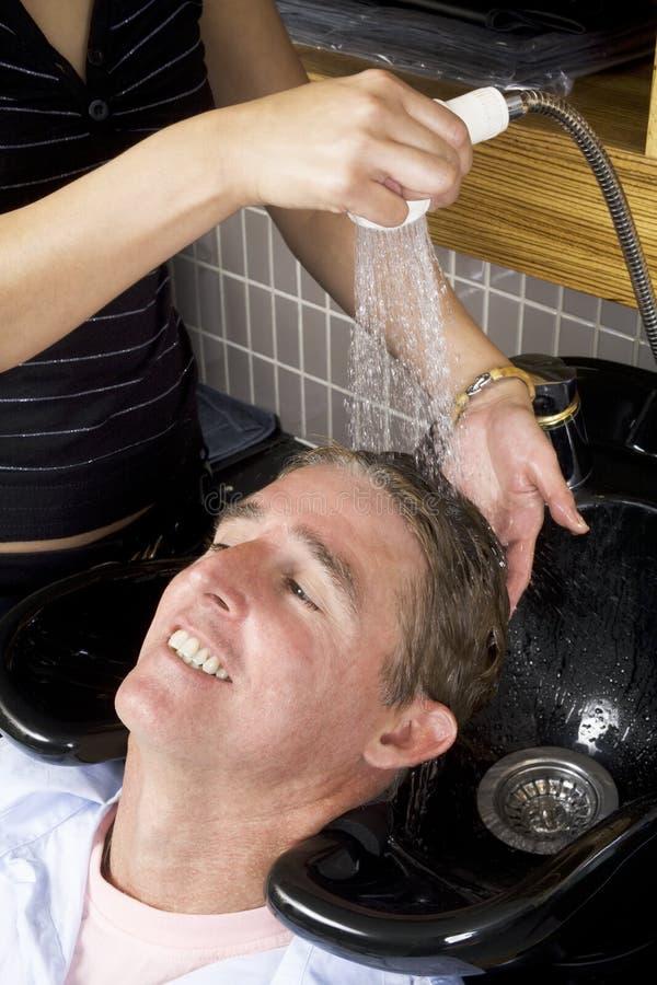 Het wassen van een man haar 2 stock afbeeldingen