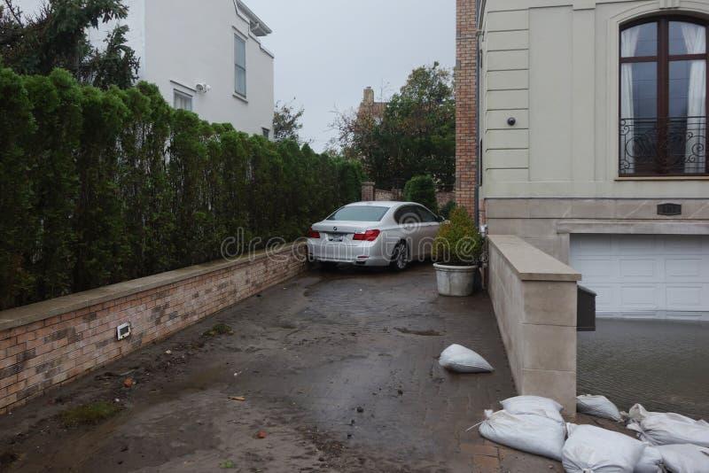 Het water beschadigde auto en overstroomde garage in de nasleep van Orkaan Zandig in Verre Rockaway, New York royalty-vrije stock foto's