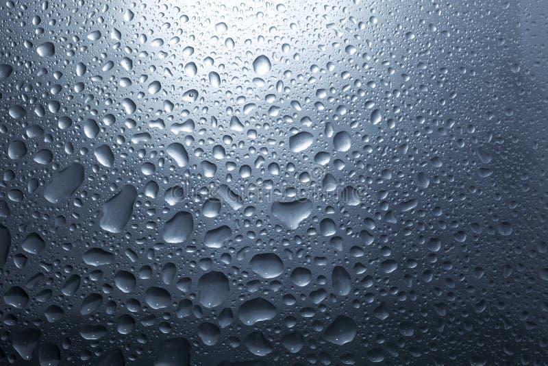 Het water daalt op donkere muur en licht, waterdaling voor achtergrond royalty-vrije stock foto's