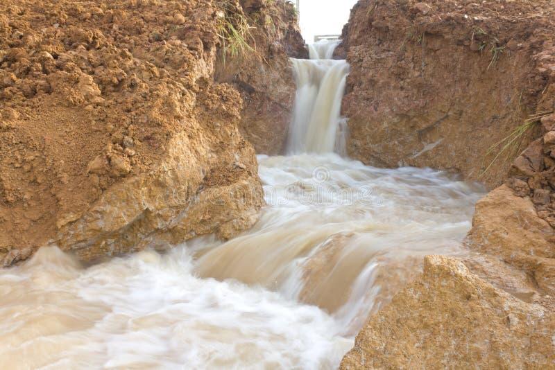 Het water erodeerde vlug gronderosie. stock fotografie