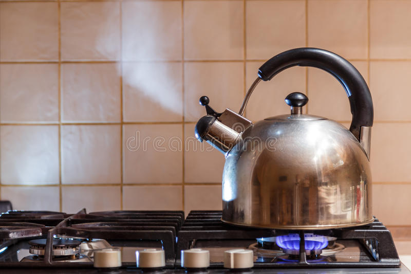 Het water kookt in de keteldamp stock foto