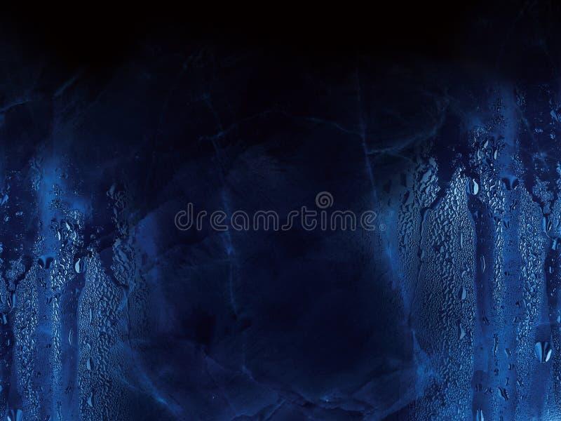 Het water laat vallen donkerblauwe achtergrond royalty-vrije stock fotografie