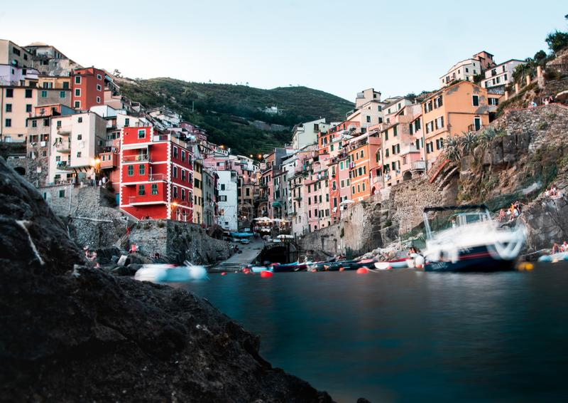 Het water lange blootstelling van de Riomaggiore cinque terre lage hoek stock foto's