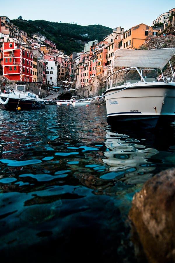 Het water lange blootstelling van de Riomaggiore cinque terre lage hoek stock foto
