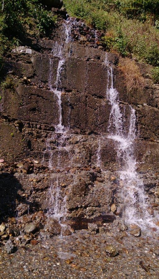 Het water valt neer op de stenen stock afbeelding