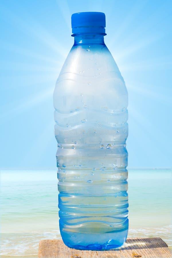 Het water van de fles doorzichtig met de zon royalty-vrije stock afbeeldingen