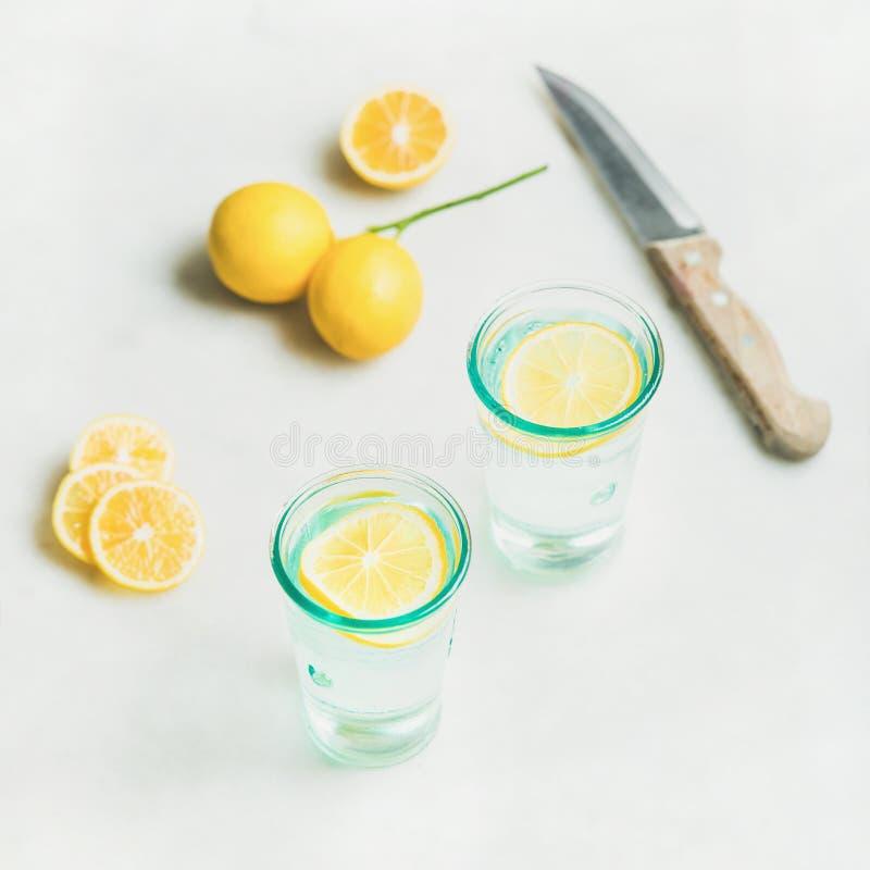 Het water van de ochtend detox citroen in glazen over grijze marmeren achtergrond royalty-vrije stock afbeeldingen