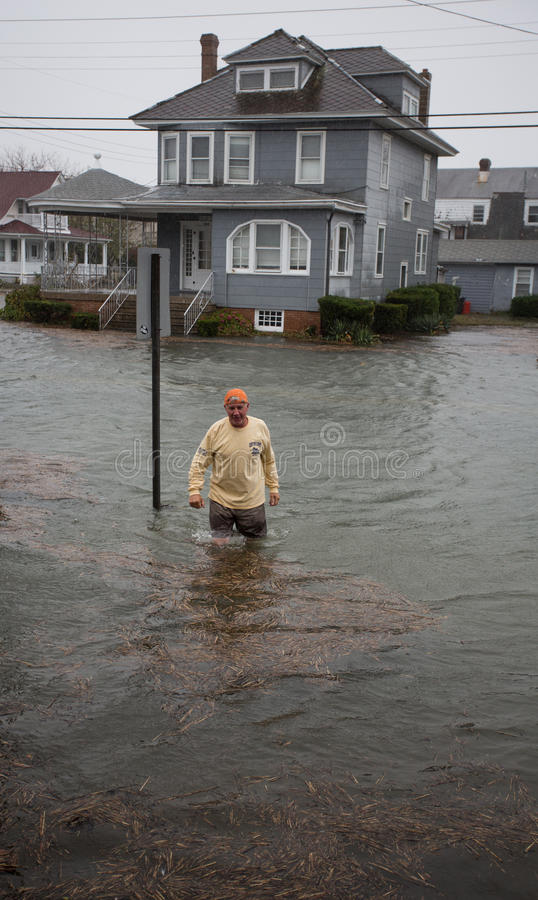 Het Water van de vloed in Zandige de Orkaan van de Straat stock afbeeldingen