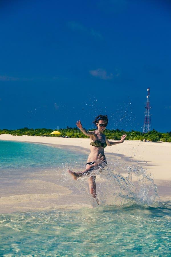 Het water van de vrouwenplons Het idyllische landschap van het paradijseiland Exotisch tropisch strand De zomervakantie, de toevl royalty-vrije stock afbeelding