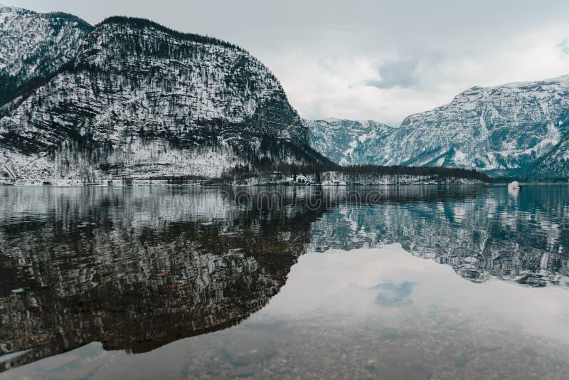Het water van hallstatt, Oostenrijk royalty-vrije stock fotografie