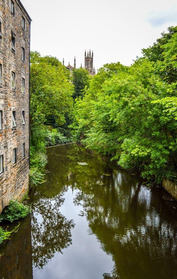 Het Water van Leith en de Heilige Drievuldigheidskerk, Edinburgh, Schotland royalty-vrije stock foto