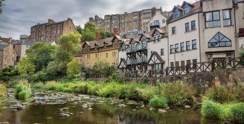 Het water van leithgang en huizen in Edinburgh royalty-vrije stock foto's