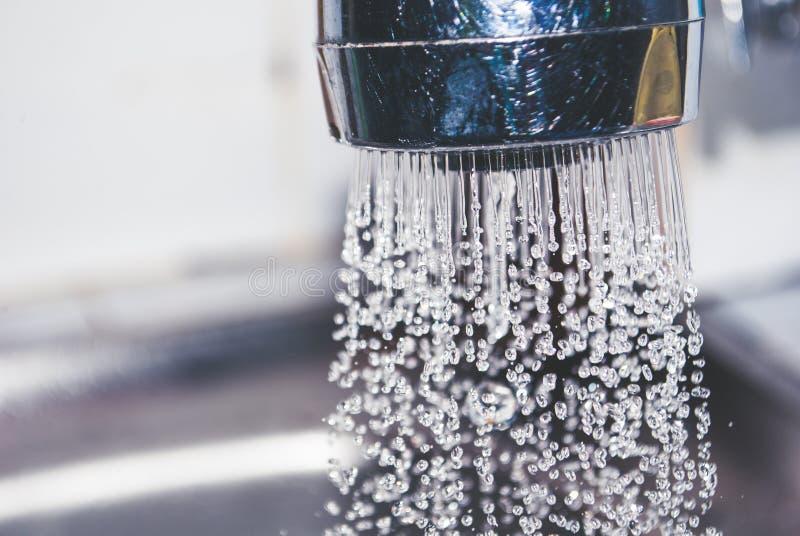 Het water van staalkraan werd geworpen weg in keuken stock afbeeldingen