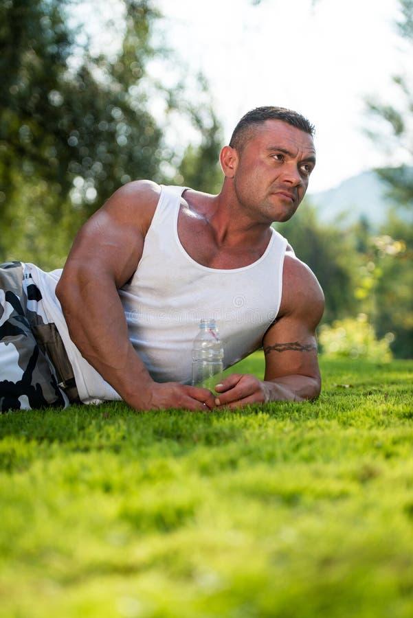 Het Waterfles van de bodybuilderholding royalty-vrije stock afbeelding