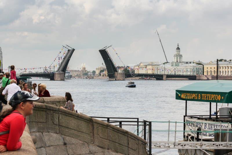 Het watergebied van Neva River bij de Paleisbrug stock afbeeldingen