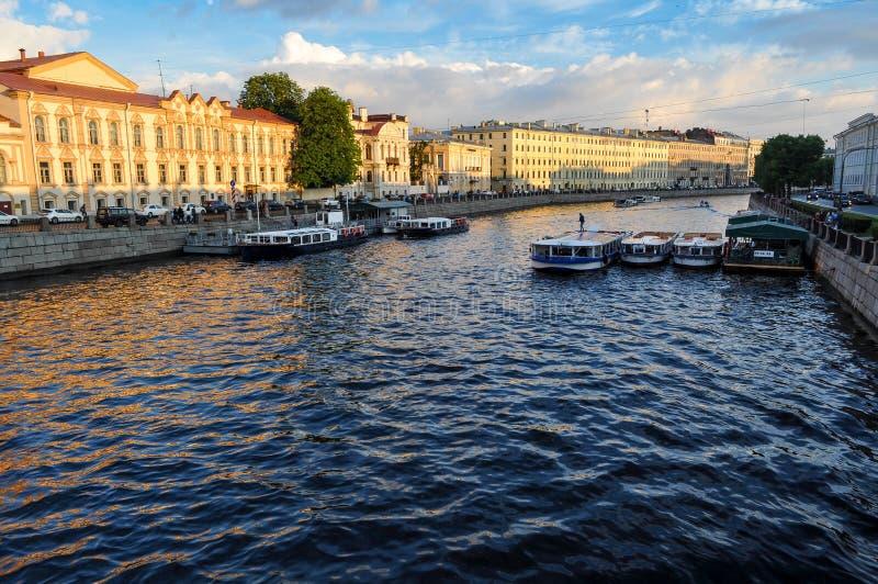 Het waterkanalen van heilige Petersburg bij zonsondergang stock foto