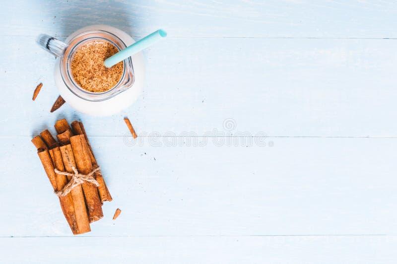 Het waterkruikglas melk met kaneel op een blauwe houten achtergrond, instagram filtreert, ruimte voor tekst royalty-vrije stock foto's