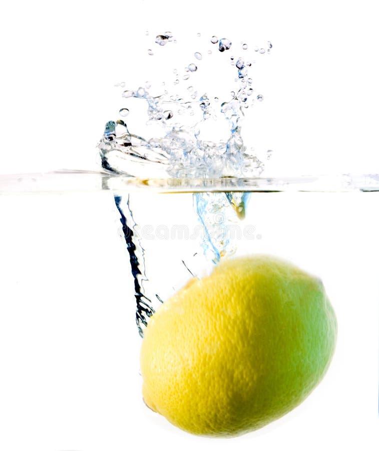 Het waterplons van de citroen stock foto