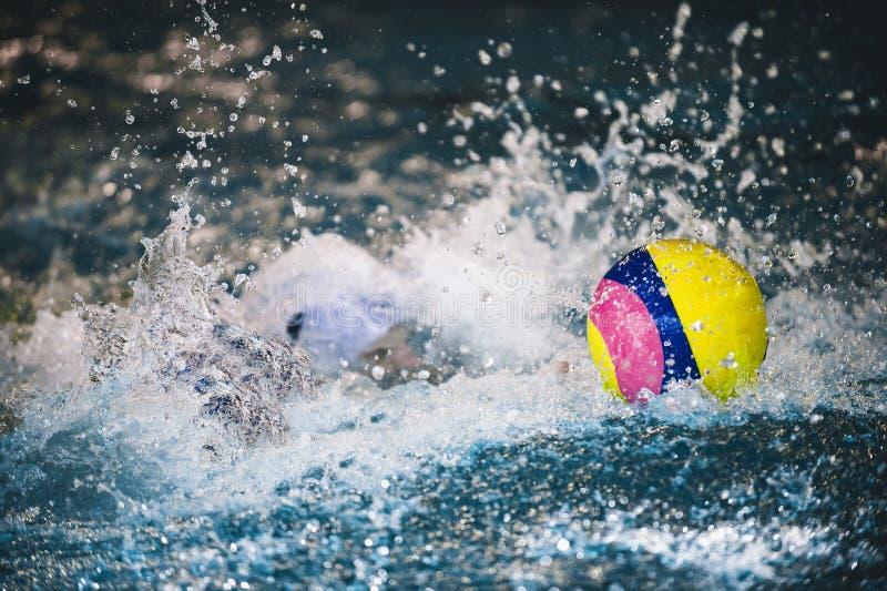 Het waterpolo is een sport van het teamwater stock foto's
