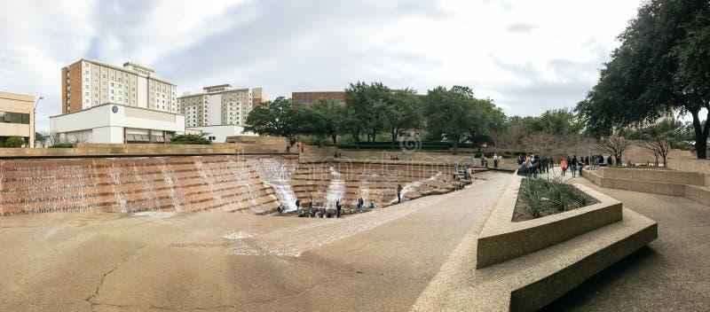 Het Watertuinen van de panoramamening in Fort Worth van de binnenstad met bezoekers stock foto's