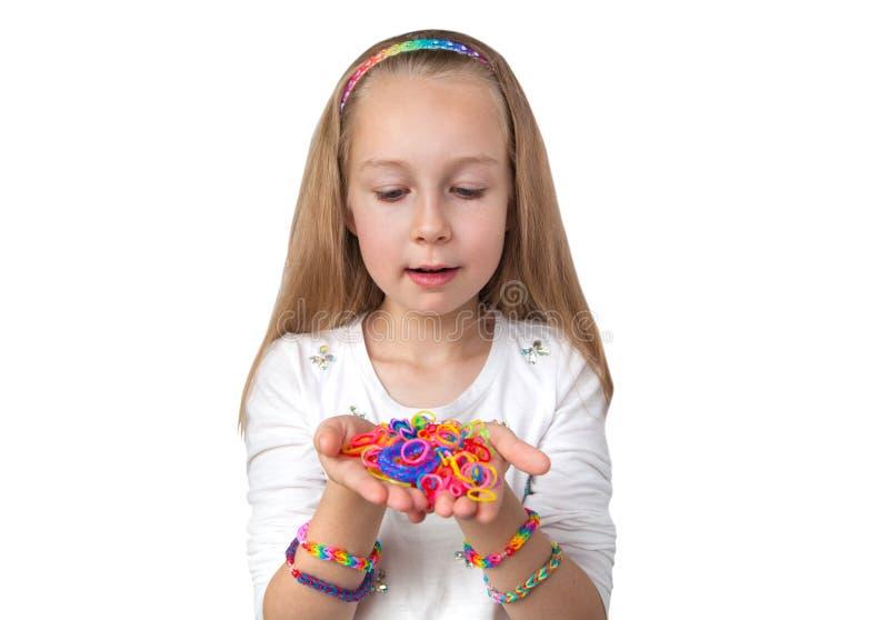Het weefgetouw verbindt ambacht Meisje die kleurrijk weefgetouw in haar handen houden stock afbeeldingen