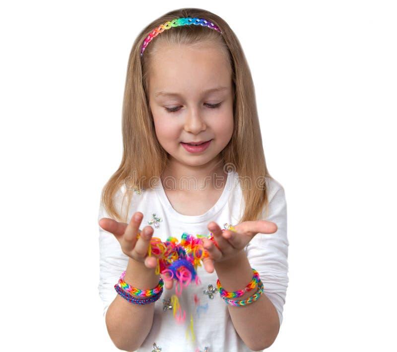 Het weefgetouw verbindt ambacht Meisje die kleurrijk weefgetouw in haar handen houden royalty-vrije stock fotografie