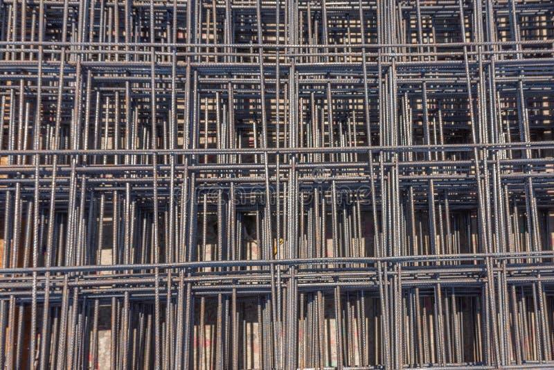 Het weefsel van het draadnetwerk samen alvorens wordt geplaatst op de vloer om sterkte aan het beton toe te voegen royalty-vrije stock foto